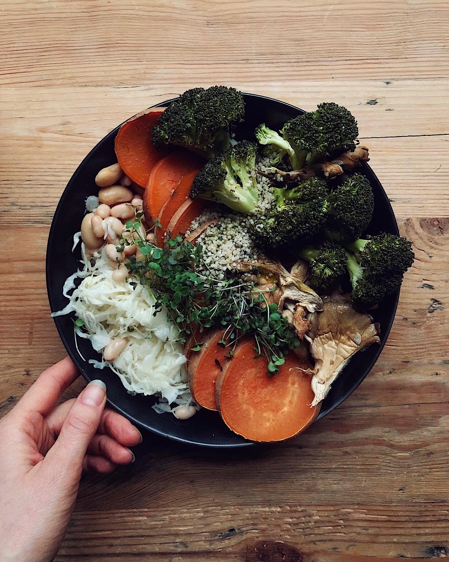 vegāniskas brokastis kaņepju eļļa hemp oil seeds lobītas kaņepju sēklas Loja